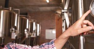 Trabajador de la cervecería que sonríe en la cámara almacen de metraje de vídeo