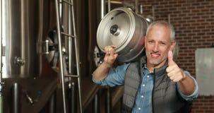 trabajador de la cervecería que sostiene un barril de cerveza metrajes