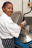Trabajador de la cocina que se lava para arriba en cocina del restaurante fotos de archivo