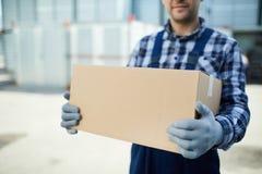 Trabajador de la compañía móvil con la caja foto de archivo libre de regalías