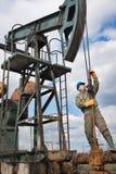 Trabajador de la compañía petrolera en el receptor de papel Imagen de archivo