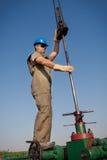 Trabajador de la compañía petrolera en el receptor de papel imágenes de archivo libres de regalías