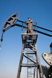 Trabajador de la compañía petrolera en el receptor de papel Fotografía de archivo