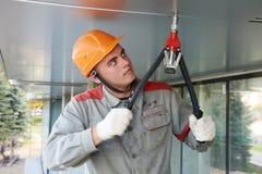 Trabajador de la fachada con la herramienta del remache foto de archivo libre de regalías