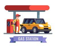 Trabajador de la gasolinera que llena encima del combustible en el coche Fotografía de archivo