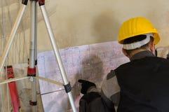 Trabajador de la HVAC que se sienta en y la digitación al plan de funcionamiento fotografía de archivo