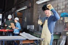 Trabajador de la industria del soldador en fábrica imágenes de archivo libres de regalías
