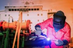 Trabajador de la industria que suelda con autógena el Tig en la fábrica de astillero imágenes de archivo libres de regalías
