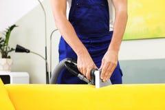 Trabajador de la limpieza en seco que quita la suciedad del sofá fotos de archivo