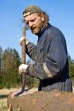 Trabajador de la madera de construcción que quita la corteza imagen de archivo libre de regalías