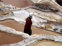 Trabajador de la mina de sal, salinas (Perú) Foto de archivo libre de regalías