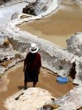 Trabajador de la mina de sal, salinas (Perú) Imagenes de archivo