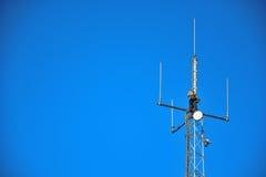 Trabajador de la mucha altitud que trabaja en un palo del teléfono móvil Imagen de archivo