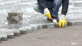 Trabajador de la piedra de pavimentación almacen de metraje de vídeo