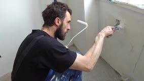 Trabajador de la pintura de la pared almacen de metraje de vídeo
