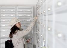 Trabajador de la salida postal fotografía de archivo libre de regalías