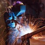 Trabajador de la soldadura en fábrica Fotografía de archivo
