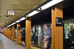 Trabajador de los hombres de negocios de la plataforma del MTA del subterráneo de Fifth Avenue Nueva York que espera el tren fotografía de archivo