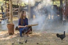 Trabajador de mujer asiático que avienta el arroz separado fotos de archivo libres de regalías