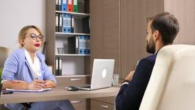 Trabajador de mujer del recurso humano que se entrevista con a un candidato masculino almacen de video