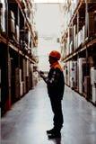 Trabajador de mujer en almacén Imagenes de archivo