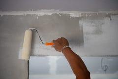 Trabajador de pintura del constructor con el cepillo del rodillo fotografía de archivo libre de regalías