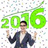 Trabajador de sexo femenino acertado con los números 2016 Imagen de archivo libre de regalías