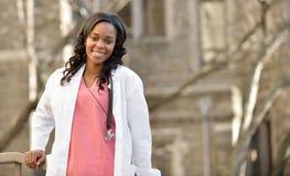 Trabajador de sexo femenino afroamericano joven imponente de la atención sanitaria Fotos de archivo