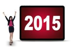 Trabajador de sexo femenino alegre con los números 2015 Imágenes de archivo libres de regalías