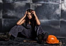 Trabajador de sexo femenino atractivo del minero con la piqueta, en batas sobre su cuerpo desnudo concepto erótico de la industri Foto de archivo libre de regalías