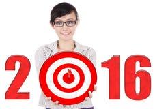 Trabajador de sexo femenino con la diana y los números 2016 Imágenes de archivo libres de regalías