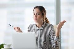 Trabajador de sexo femenino confuso frustrado por el aviso del desplome del ordenador portátil foto de archivo libre de regalías