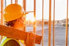 Trabajador de sexo femenino de Construcion que mira hacia fuera de nuevo enmarcar casero fotografía de archivo libre de regalías