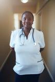 Trabajador de sexo femenino de la atención sanitaria que se coloca en vestíbulo Fotografía de archivo