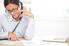Trabajador de sexo femenino de la compañía que habla en el teléfono fotografía de archivo