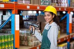 Trabajador de sexo femenino del almacén que usa Digital Equipment Foto de archivo