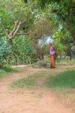 Trabajador de sexo femenino en granja Fotografía de archivo libre de regalías
