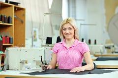 Trabajador de sexo femenino en una fábrica de la materia textil Foto de archivo libre de regalías