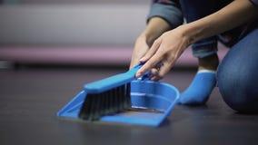 Trabajador de sexo femenino migratorio que saca el polvo del piso con un cepillo, pagado mal el empleo metrajes