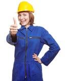 Trabajador de sexo femenino que muestra los pulgares para arriba imágenes de archivo libres de regalías