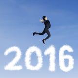 Trabajador de sexo femenino que salta sobre los números 2016 Imagenes de archivo