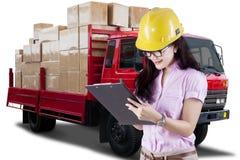 Trabajador de sexo femenino y un camión de reparto fotos de archivo libres de regalías