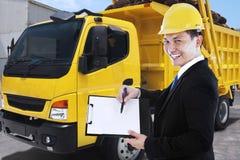Trabajador de sexo masculino con el tablero y el camión de reparto imagen de archivo libre de regalías