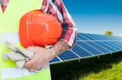 Trabajador de sexo masculino en los paneles fotovoltaicos Fotografía de archivo