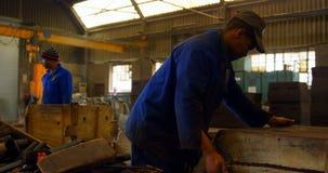 Trabajador de sexo masculino que arregla moldes en el taller 4k almacen de video