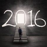 Trabajador de sexo masculino que camina en las escaleras con los números 2016 Fotografía de archivo libre de regalías