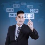 Trabajador de sexo masculino que empuja un botón virtual Fotos de archivo libres de regalías