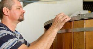 Trabajador de sexo masculino que examina un tanque 4k de la destilación almacen de video