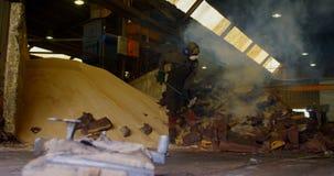 Trabajador de sexo masculino que rompe el molde caliente en el taller 4k de la fundición metrajes