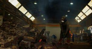 Trabajador de sexo masculino que rompe el molde caliente en el taller 4k de la fundición almacen de video